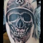 #Totenschädel mit Helm Tattoo