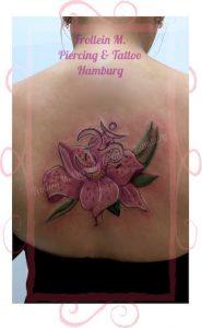 Lilie und Om Tattoo