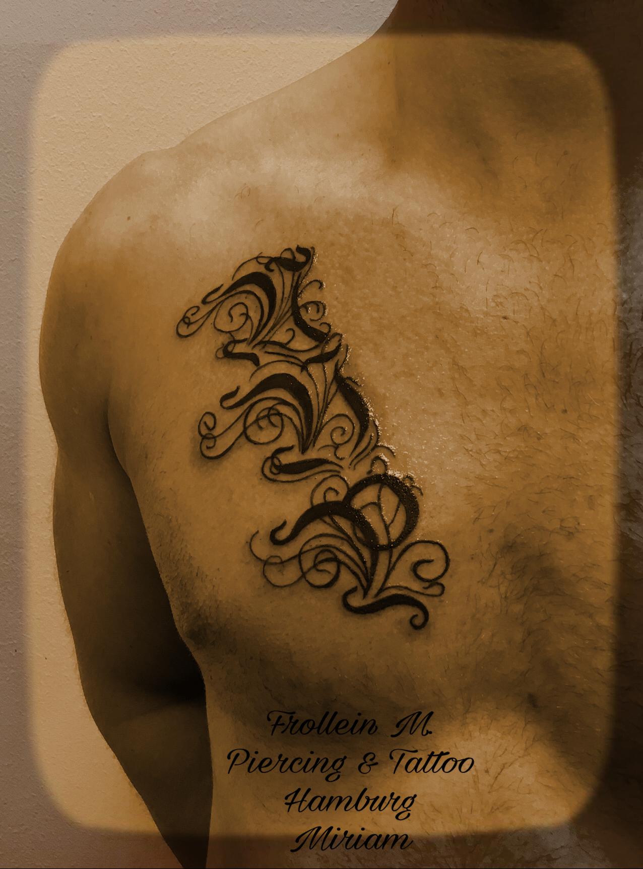 Lettering Brust Tattoo