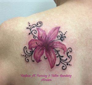 Lilie mit Ornament Tattoo